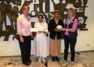 Spendenuebergabe Dienerinnen der Armen